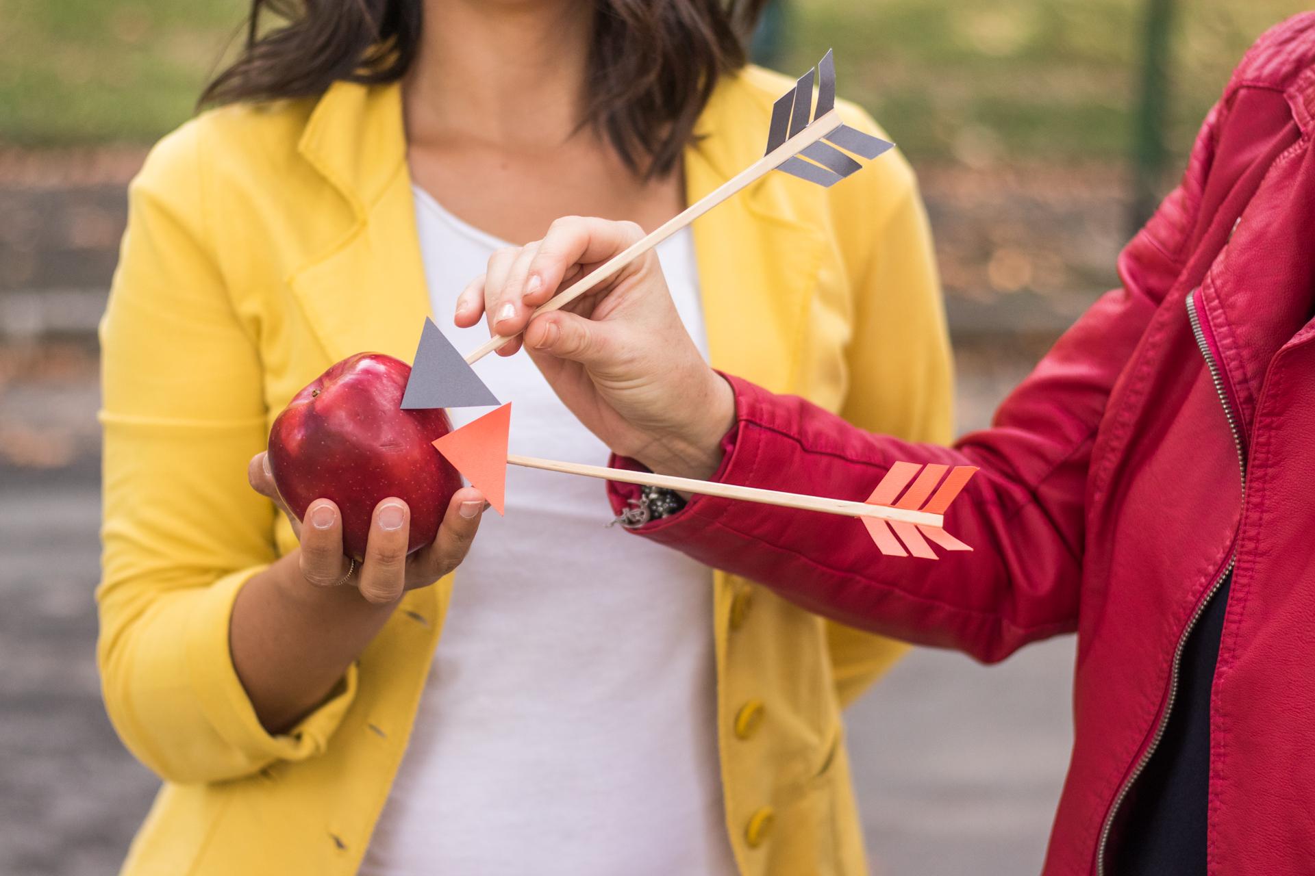mela colpita da due frecce